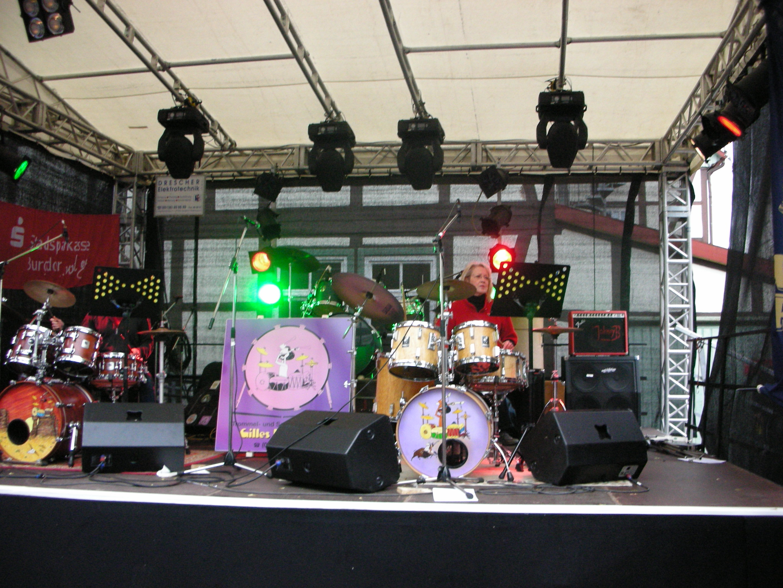 Dieses Bild hat ein leeres Alt-Attribut. Der Dateiname ist Oktobermarkt-Schlagzeug-Schule.jpg